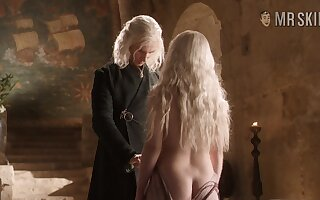 Emilia Clarke shows some be beneficial to the brush left tuchis gumption near a hot GoT Chapter