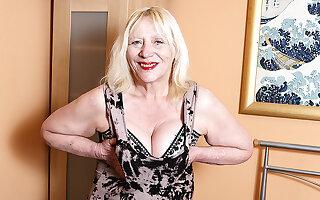 Ensnared British Housewife Bringing off Less The brush Muted Make away - MatureNL